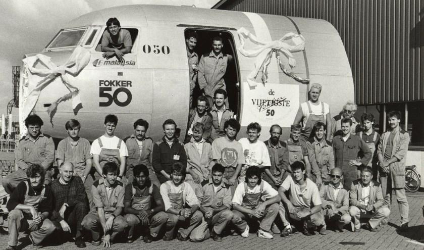 Groepsfoto aflevering 50st Fokker 50 frontsectie op Papendrecht. (foto: collectie Pieter van Wijngaarden)