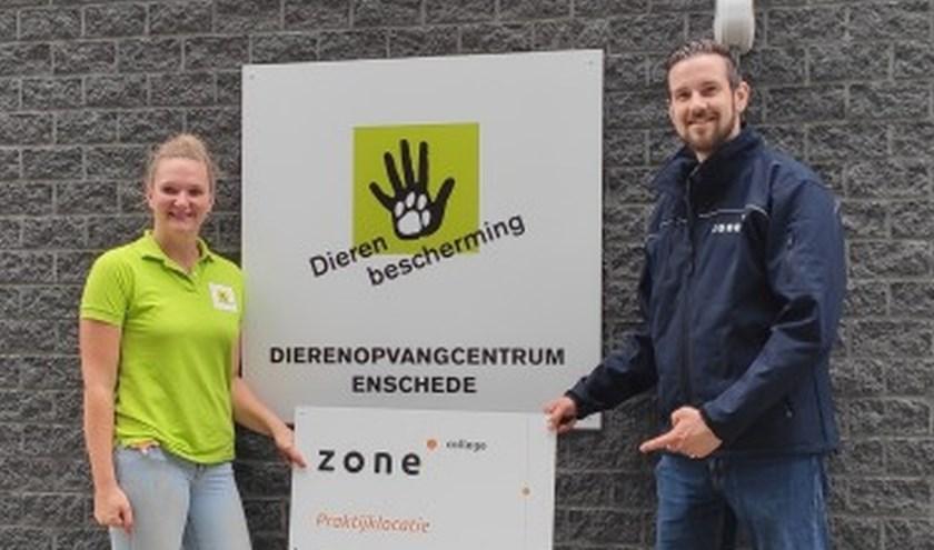 Ruud Dalhoeven van het Zone.college overhandigt een gevelbord aan Laura de Ruig van DOC Enschede.