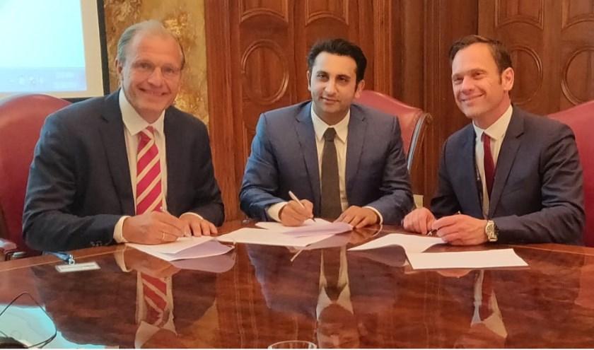 Partijen ondertekenen in India de intentieovereenkomst over de ontwikkeling van USP Bilthoven. Van links naar rechts: Jan Henk van der Velden (directeur Utrecht Science Park), Adar Poonawalla (directeur Serum Institute of India), burgemeester Sjoerd Potters (gemeente De Bilt).