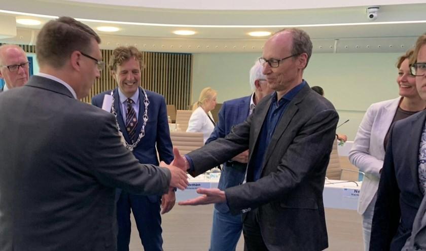Nico van de Poel overhandigt de lijst met locaties. (Foto: Bert van Roekel)