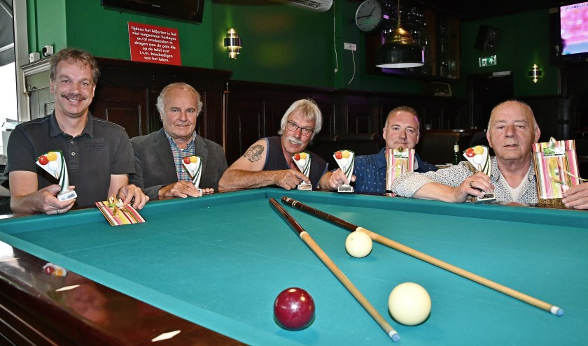 De jubilarissen achter de biljartafel: Sander Eggink, Wim Voss, Eddy ter Voert, Mike de Wit (allen 25 jaar lid) en Gerrie Sessink (40 jaar lid). (foto: Ab Hendriks)
