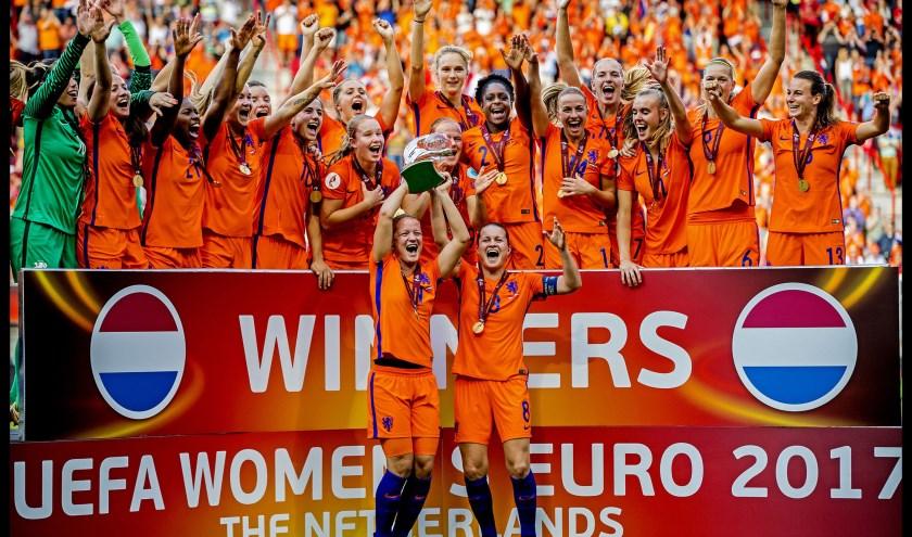 De oranjeleeuwinnen in 2017 na het winnen van de Europese titel in eigen land (archieffoto: John de Pater)