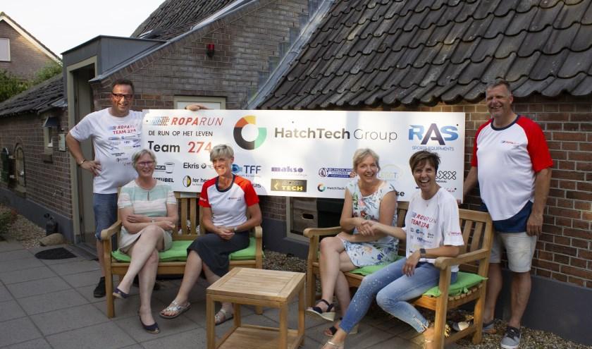foto: overhandiging van de tuinmeubels aan Hospice Berkenstein door leden van Roparunteam 274 Veenendaal.
