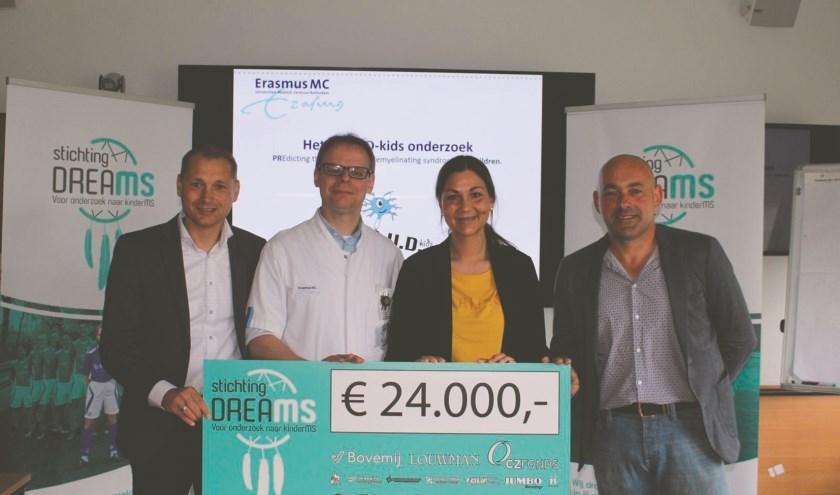 De Westervoortse Stichting DreaMS heeft 24.000 euro geschonken aan het Erasmus MC in Rotterdam. Rechts Patrick Gal, links Pascal Zweers.