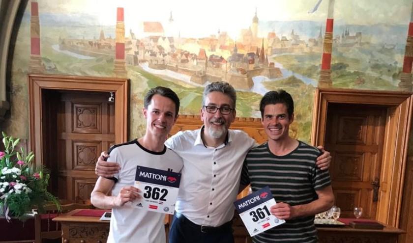 De deelnemers aan de halve marathon, links Remy Ravenhorst, burgemeester Zbanek en Evert Dirksen (rechts), tijdens de ontmoeting met de burgemeester.