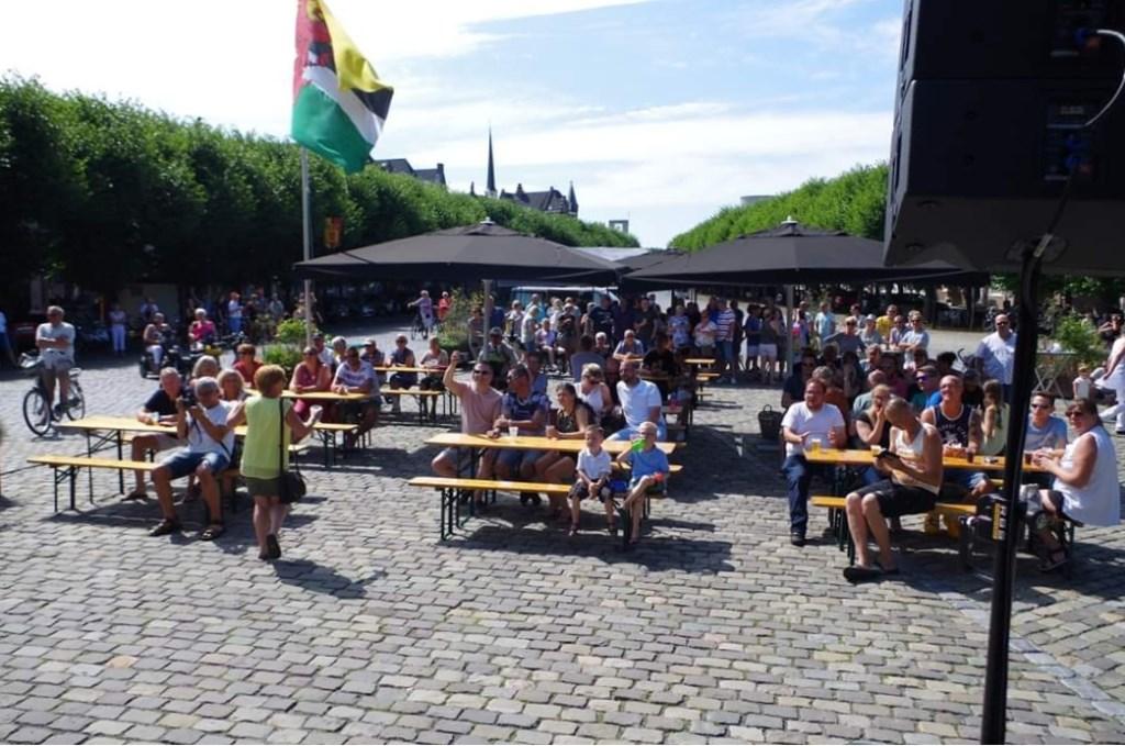 Volle markt tijdens de tweede editie van de Zomertoer Geertruidenberg Foto: Hans Strijder © DPG Media