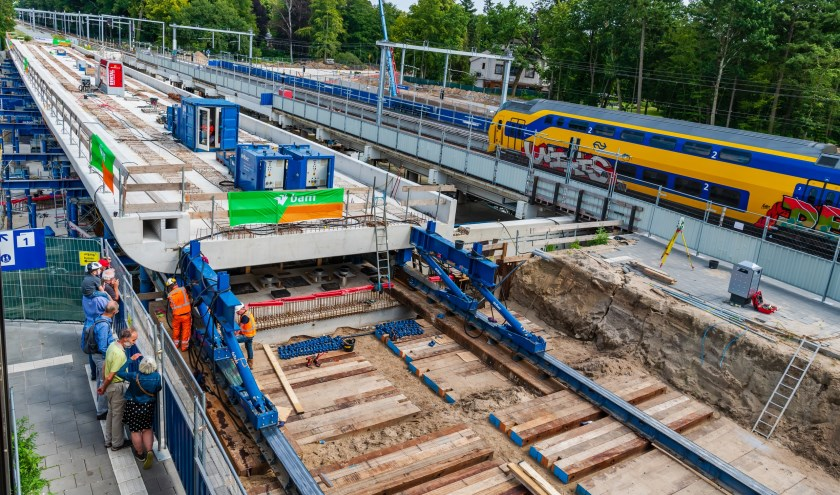 2.800 ton staal en beton schoof met Zwitserse precisie op z'n plek bij station Driebergen-Zeist. Daarmee werd de laatste grote klus afgerond. FOTO: Mel Boas TEKST: Jan Dankbaar