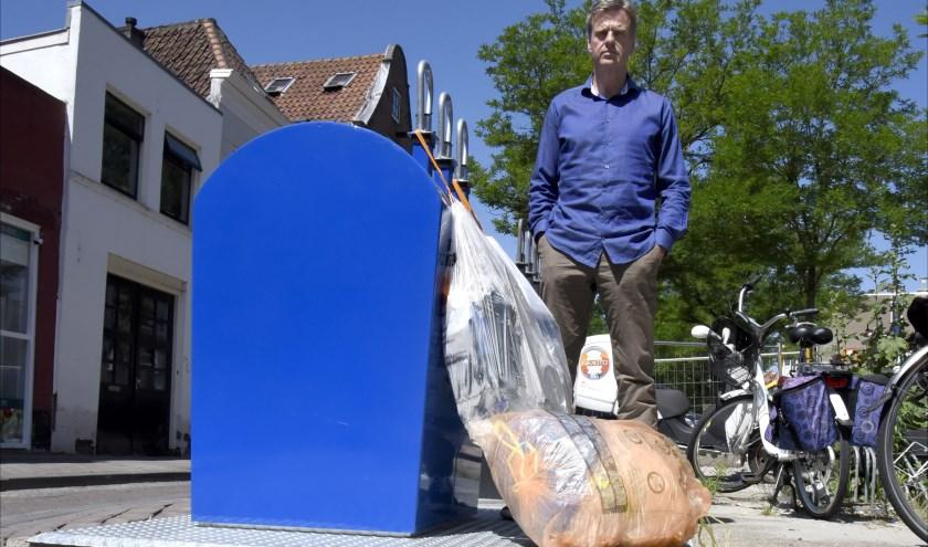 Een half uur geleden is het afval aan de Raam verwijderd en de eerste zakken rest-en plastic afval liggen er al weer. Bartjan Willenborg wil extra voorlichting en maatregelen bij de hotspots. Foto: Marianka Peters