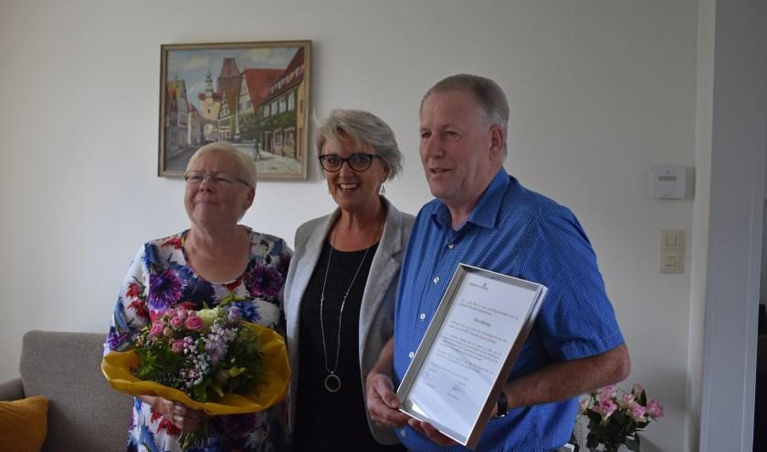Gerrie Dijkslag, burgemeester Doret Tigchelaar en Derk Dijkslag na uitreiking van de welverdiende vrijwilligersspeld. Foto: Jolien van Gaalen.