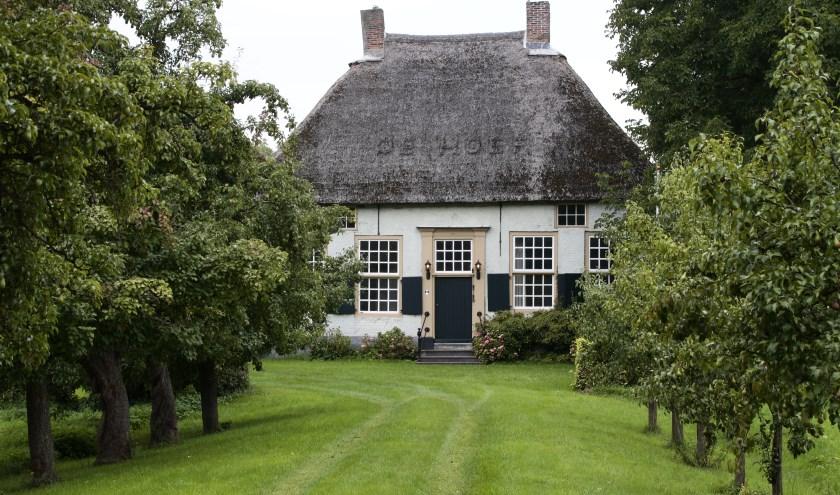 Boerderij 'De Hoef', in `1660 gebouwd door de rentmeester in Nederhemert. Het pand ligt op een woerd, een verhoging, veilig voor het hoge water. Foto: Ad Hartjes.