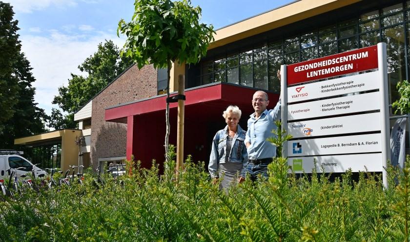 Projectontwikkelaar Wim van Keulen (rechts) en Ingrid van der Schoot voor het nieuwe gezondheidscentrum. (Foto: Ab Hendriks)