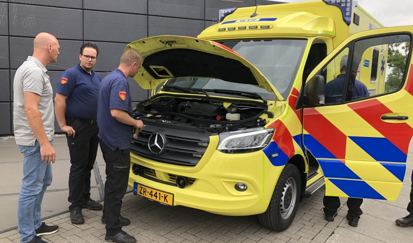 Na aflevering in Dordrecht van de Klaaswaalse ambulance, was er meteen veel belangstelling van de buren, de brandweer.
