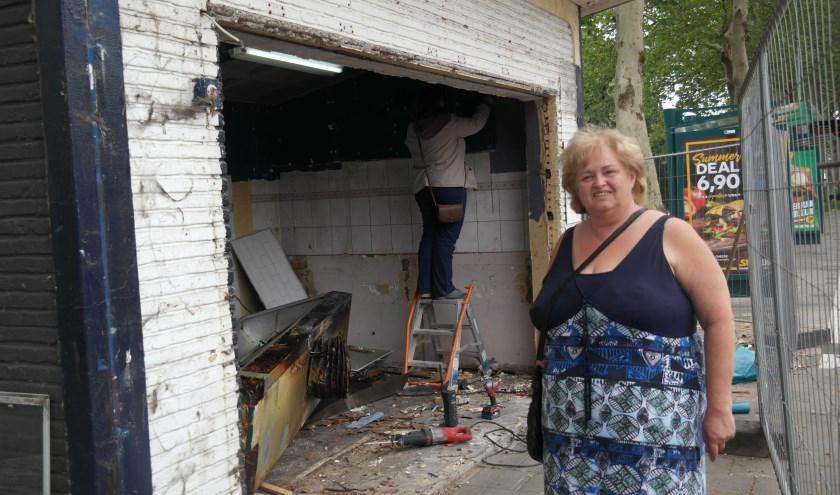 """Trots staat Corry voor """"haar"""" kiosk, ze bewondert de sloopwerkzaamheden die een paar uur eerder begonnen zijn"""