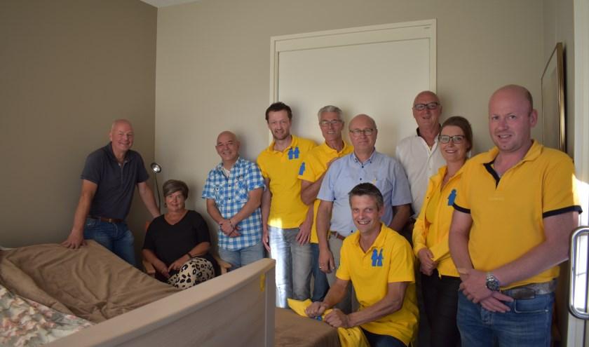 De teams samen met Annie Gerritsen van het hospice en Wim Koedijk van de firma Hammer bij het koppelbed. Foto: Jolien van Gaalen.
