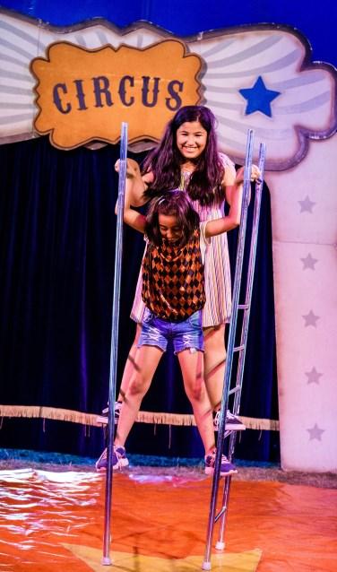 Leren steltlopen van een echte circusprofessional, het kan bij de Speelkaravaan. Foto: Gerard Til.