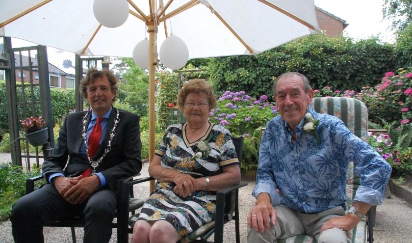 Burgemeester Verhulst bezocht maandag 1 juli het briljanten bruidspaar Klok-Nellestein in Lunteren.