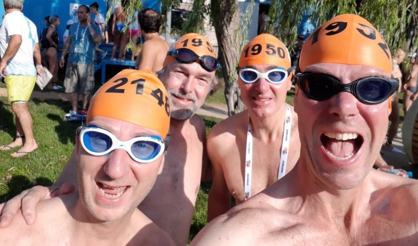 Timo van Voorden (rechts) zwom afgelopen weekend 6,5 km tijdens de Cross Continental Swimrace op de Bosporus in Turkije. FOTO: Tim van Voorden