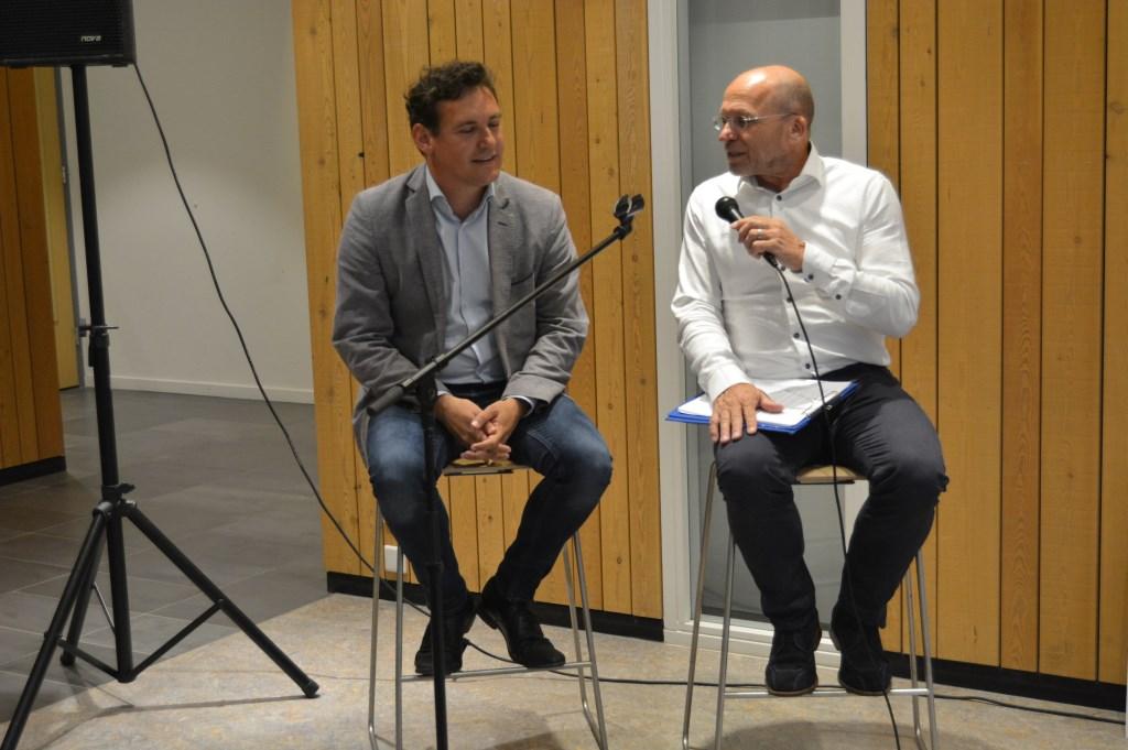 Beek beantwoord vragen Joost over maatschappelijk welzijn en zijn beleven hierin.  © DPG Media