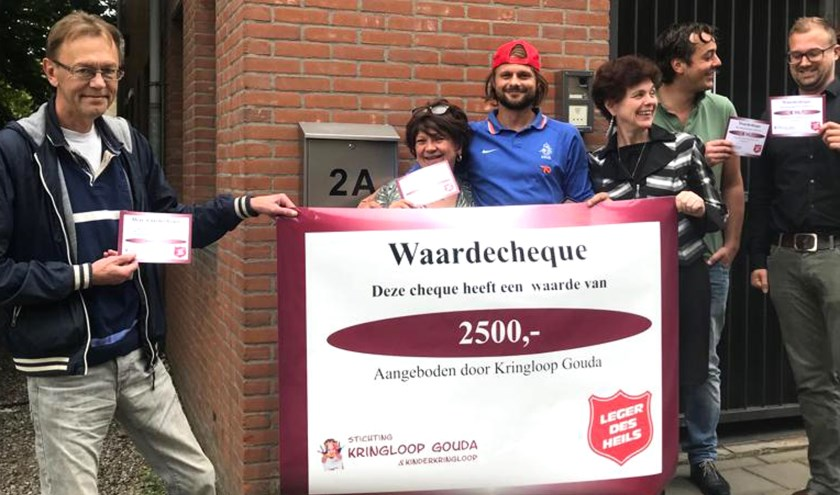 Stichting Kringloop doneert 2500 euro in waardecheques aan de daklozenopvang Het Kompas van het Leger des Heils. Foto: PR
