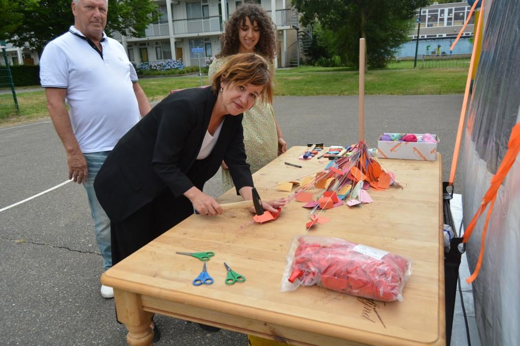 Trees van Haarst spijkert haar kaartje op de wereldtafel.  © DPG Media