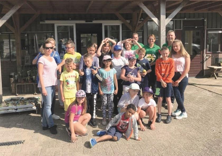 Voor de Poolse kinderen was een uitgebreid programma samengesteld. Deze foto is gemaakt tijdens een bezoek dat ze brachten aan De Groene Schuur in Groessen.