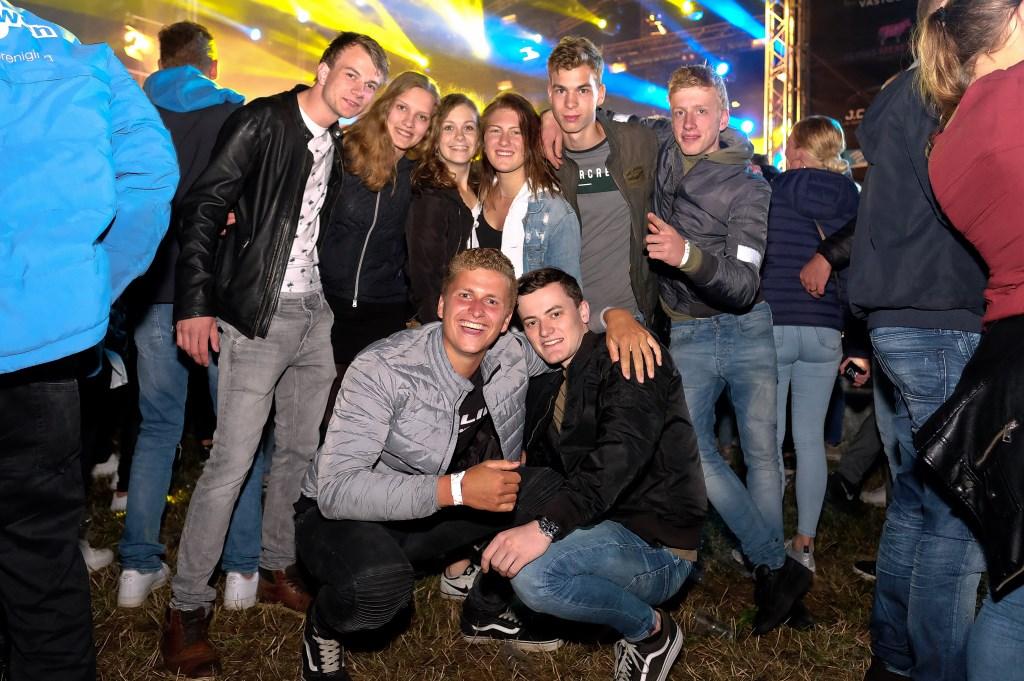 Vriendenstel gezellig uit op de Rijnweek. (Foto: Max Timons)   © DPG Media