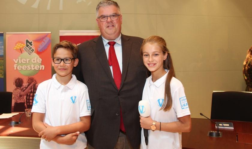 Burgemeester Bruls met twee leden van het #Vteam.