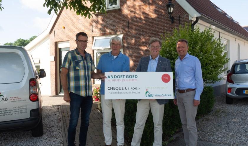 AB Midden Nederland overhandigde een cheque van 1500 euro aan Rotaryclub Houten.