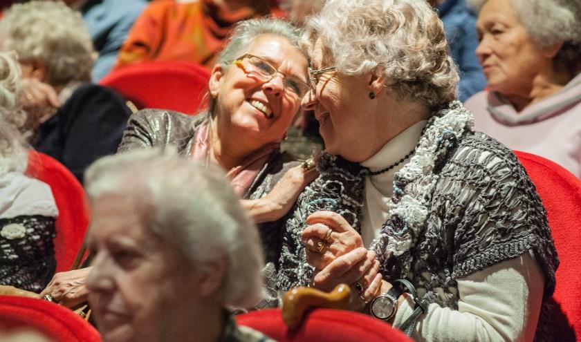 gasten genieten tijdens een uitje van Stichting Vier het Leven
