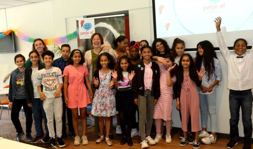 Zestien Haagse jongeren werkten op zondagen buiten de vakanties aan hun toekomst. Zondag werden ze hiervoor met een diploma beloond.
