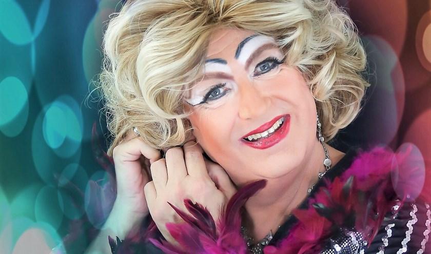 Miss Edda is in september twee weken gastvrouw tijdens Edda's Nightclub in De Kleine Willem in Enschede. Ze zingt, danst en vertelt de mooiste verhalen. Ondertussen ontvangt ze artiesten. Foto: Abbink Fotografie