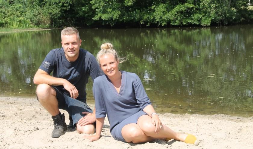 Tim en Marloes ten Dolle hebben het strand bij de zwemvijver weer in oude staat teruggebracht. (foto Lineke Voltman)