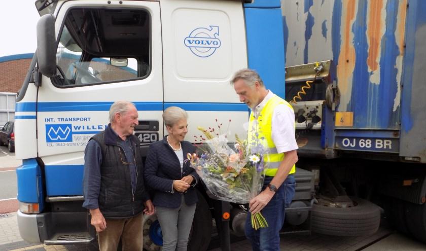 Bedrijfsleider Frans Mul bedankt Hein en Janny Willekes voor de fijne samenwerking in al die jaren.