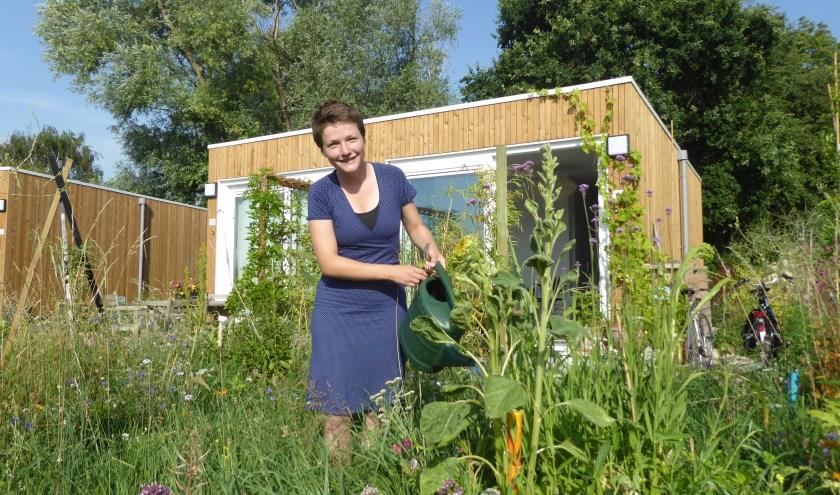 Iris Wissenburg in de tuin voor haar eigen Tiny House op Meinerswijk. (foto: Marnix ten Brinke)