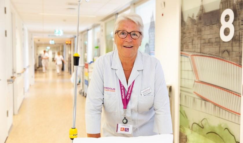 In het St. Antonius Ziekenhuis werken ruim 600 vrijwilligers. Klaske Kooistra is één van hen. Foto: Geeske Stoker.