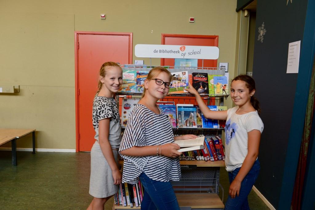Renske (l) Rozanne en Eunice bij de leeshoek.  © DPG Media