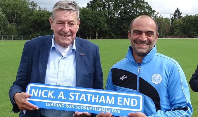"""""""Overdonderd"""", voelde Hermes DVS-teamcaptain Nick Statham zich nadat hij door de club en ere-voorzitter Will van Wijk verrast werd met heel veel lovende woorden. (Foto: Persgroep/gsv)"""