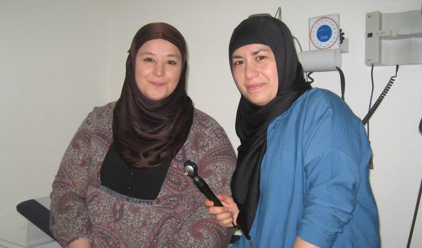 De zussen Fatma (l) en Emine studeerden beiden medicijnen in Rotterdam.