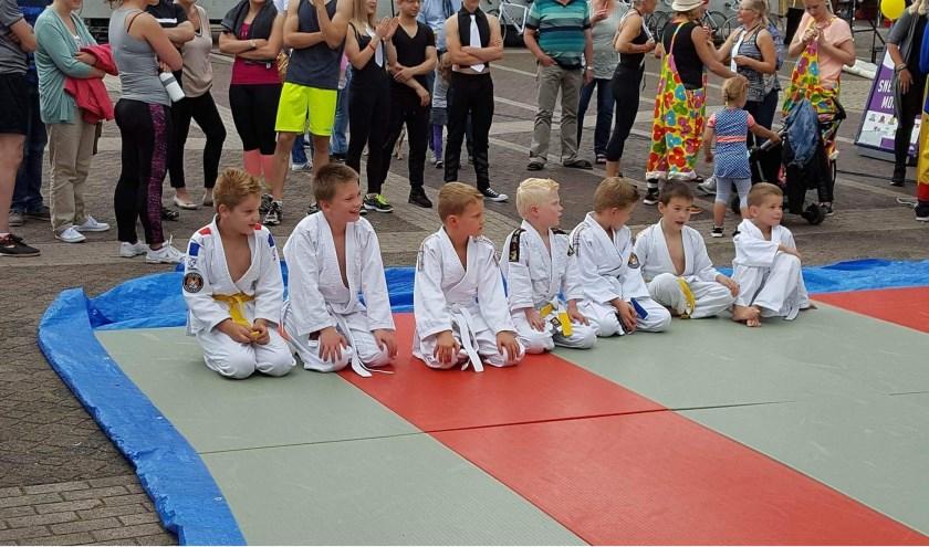 Max Koster geeft de lessen Jiu Jitsu in de Sportfabriek Vriezenveen aan de  Nijverheidsweg 8. Meer info: gonny@judokwai.nl en www.facebook.com/judokwaivriezenveen.