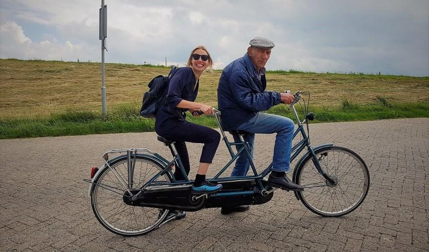 Opa Cor Beck uit Tiel met zijn kleindochter tijdens hun goed verlopen, stiekeme ritje op de tandem. (Foto: Pauline Böckling)