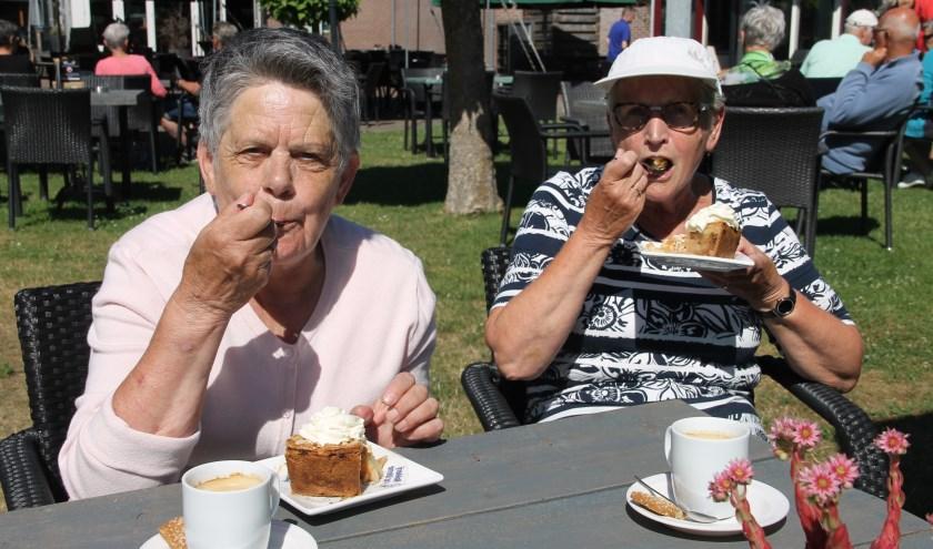 Rita Oonk (l) en Detsy Nekkers genieten tijdens de rustpauze bij Sevinkmölle van hun koffie met gebak. (Foto: Lineke Voltman)
