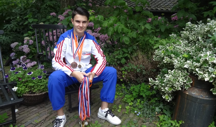 """Max laat een karrenvracht aan medailles zien maar is het meest trots """"Op de grote IAG - en de NK-medaille met het oranje."""""""