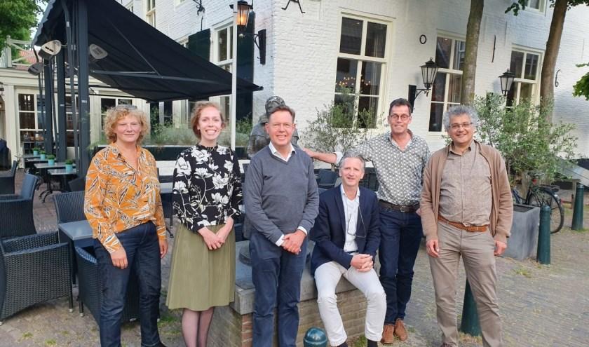 Van links naar rechts: mevrouw Kusters (secretaresse), mevrouw Anke Vogels, de heren Siersema, Looijenga, Jos Vogels en Stalpers