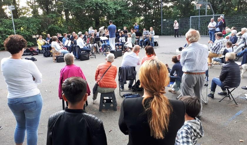 Het veelkoppige publiek luisterde geboeid naar de diverse muziekstukken tijdens het 2e buitenconcert van La Bona Futura op het basketbalveldje aan de Ouwelandsestraat in Poortugaal