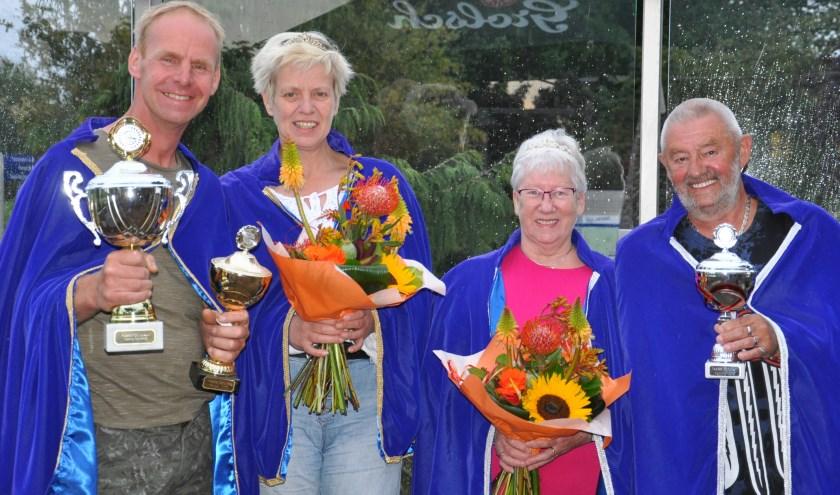 Schutters Arie Haarman met z'n vrouw Dinie (rechts) en Jeroen Bemthuis (links) met z'n zus Jacqueline Bemthuis.