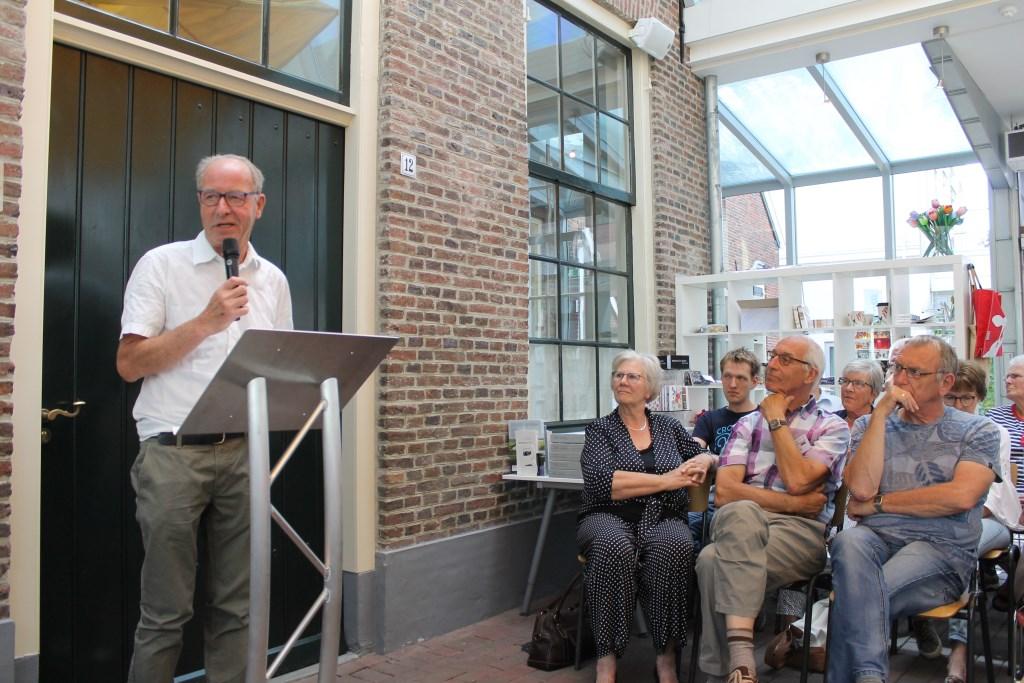Jos Wessels (links) stelde de expositie 'Bezield Erfgoed' samen met behulp van medewerkers. Foto: Leo van der Linde © DPG Media