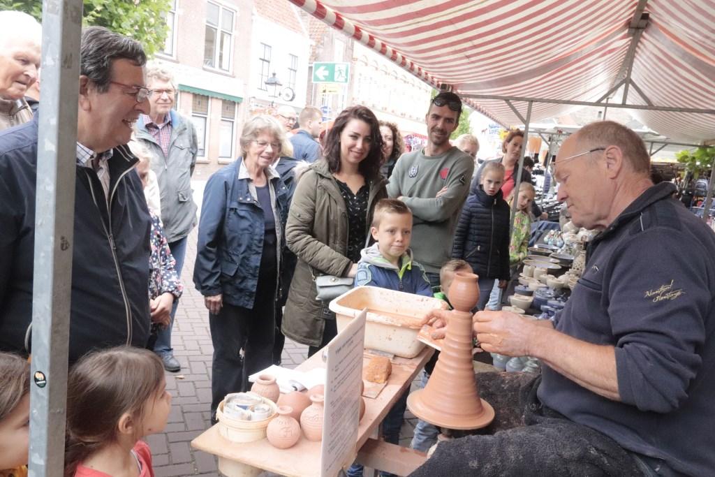 De pottenbakker was een publiekstrekker op de Markt. Foto: Theo van Dam © DPG Media