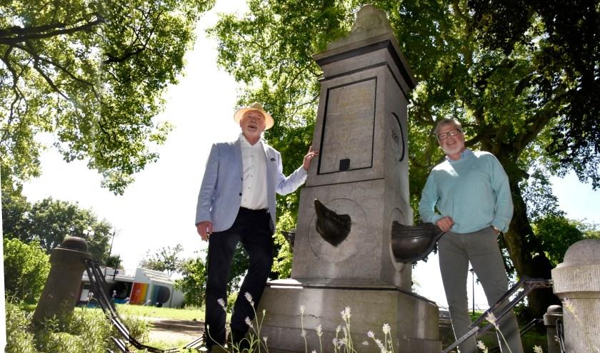 Initiator van de Houtmanherdenking en oud-burgemeester Wim Cornelis en voorzitter Hans Richters OMD bij het Houtmanmonument in het Houtmansplantsoen. Foto: Marianka Peters