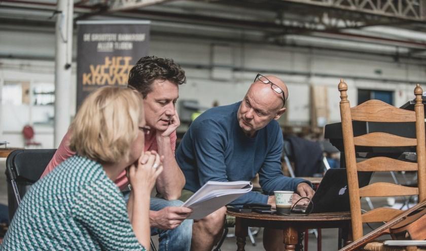 Jasper Verheugd (midden) overlegt met onder andere Jan Tekstra over het script. Inmiddels zijn de eerste audities geweest en konden ze veel lokaal talent een rolletje geven. (Foto: Willem van Walderveen)