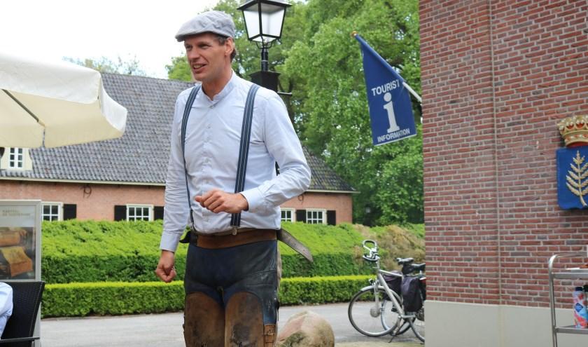 Stefan de Lange, directeur-eigenaar van Kameleondorp Terherne, opende als smid Evert Klinkhamer de expositie 'De Kameleon blijft favoriet' op het Rijssens Museum. (Foto: Jan Joost).